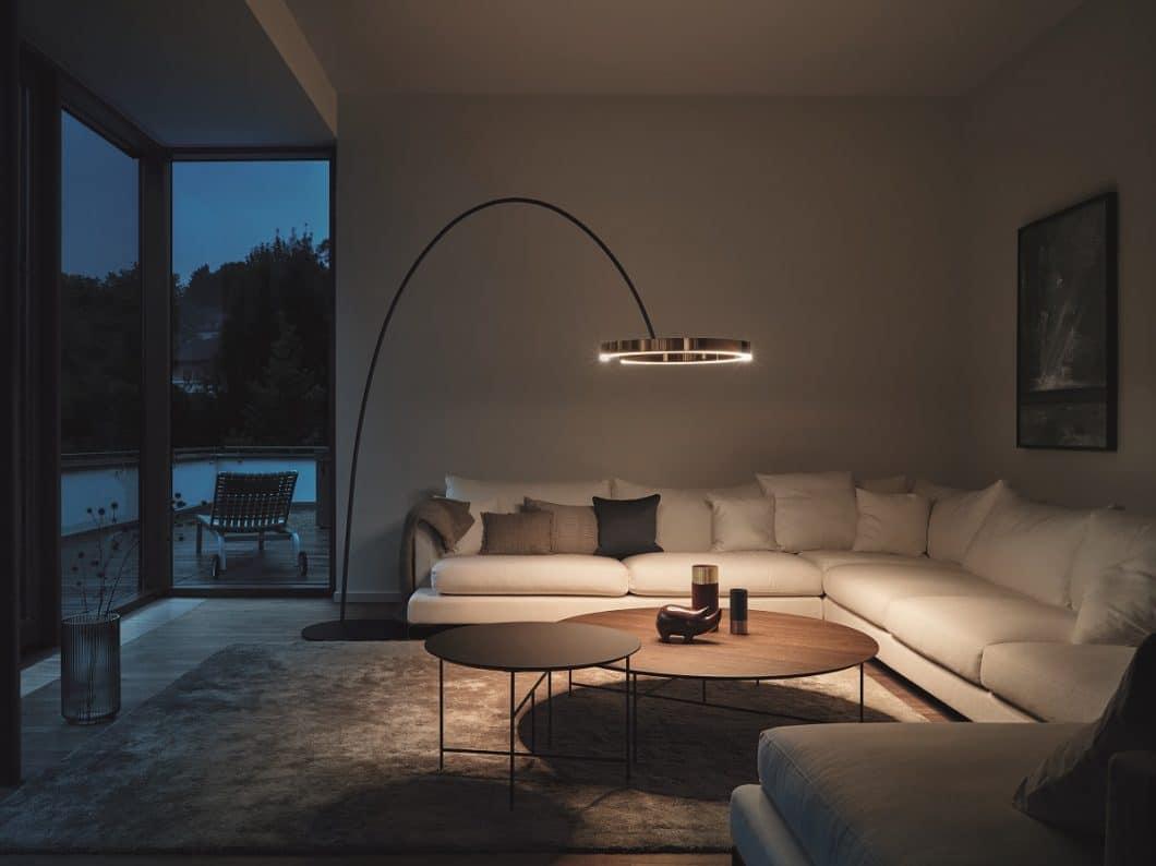 Während die Mito largo als konisch gebogene Leuchte direkt ins Raumdesign einbezogen werden kann und ein wohnliche Atmosphäre verbreitet, tritt die Mito raggio als minimalistische Leseleuchte sanft in den Hintergrund. (Foto: Occhio)