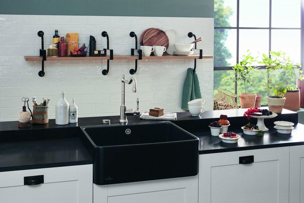 Der neue puristische Spülstein von Villeroy & Boch eignet sich sowohl für eine Landhausküche als auch für eine moderne und minimalistische Küche (Foto: Villeroy & Boch)