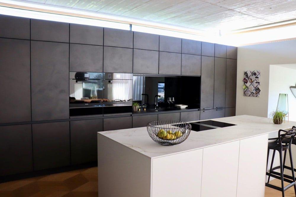 Mehr Zeit für Kunden, eine individuellere Beratung - und beeindruckende Ergebnisse, z.B. in Form von funktionalen Designküchen, machen die Planung im Studio Almhofer aus. (Foto: Almhofer Architektur & Wohnen)
