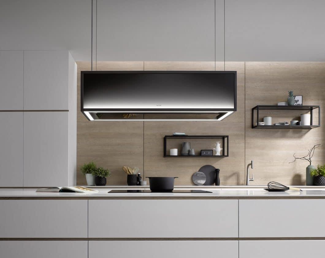 Die berbel Skyline Frame kann auch schlicht puristisch ohne Extra-Regalböden erworben werden. Ihre Farbtemperatur reicht von einem bläulich-kühlen Farbverlauf für ein puristisches Ambiente (Bild) bis zum warmen Karamell-Ton für Holzküchen oder Küchen im Industrial Style. (Foto: berbel)