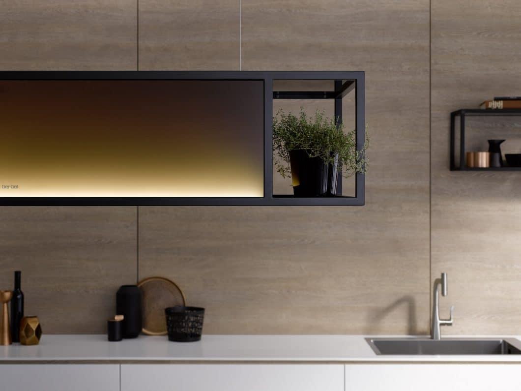 Beherrschendes Designelement bei der berbel Skyline Frame ist der Industrial Style in Form von dunkel getöntem Glas und Stahlrahmen aus mattschwarzem Quadratrohr. Das Modell kann mit oder ohne Regalböden - als zusätzlicher Vitrineneffekt - erworben werden. (Foto: berbel)