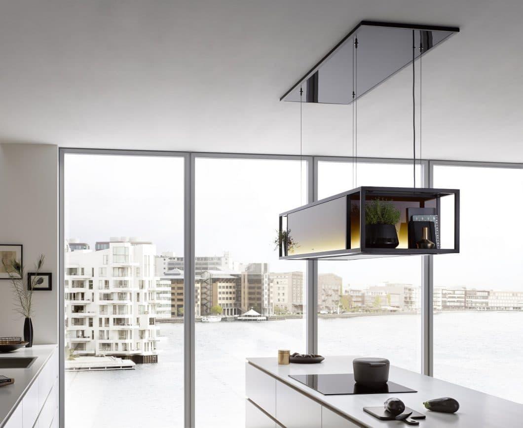 Eine Dunstabzugshaube, die störend im Blickfeld steht? - Im Gegenteil: die berbel Skyline Frame fügt sich als Design- und Lichtobjekt kongenial in hochwertig eingerichtete Küchenräume ein. (Foto: berbel)