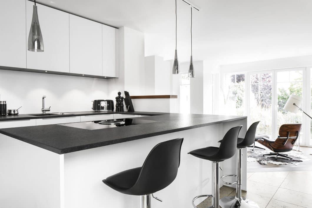 Die moderne Designküche von Dross Ingolstadt wurde für eine junge Familie entworfen, die Wert auf Ästhetik legt, aber im Alltag auch auf Widerstandskraft setzen muss. (Foto: Dross Ingolstadt)