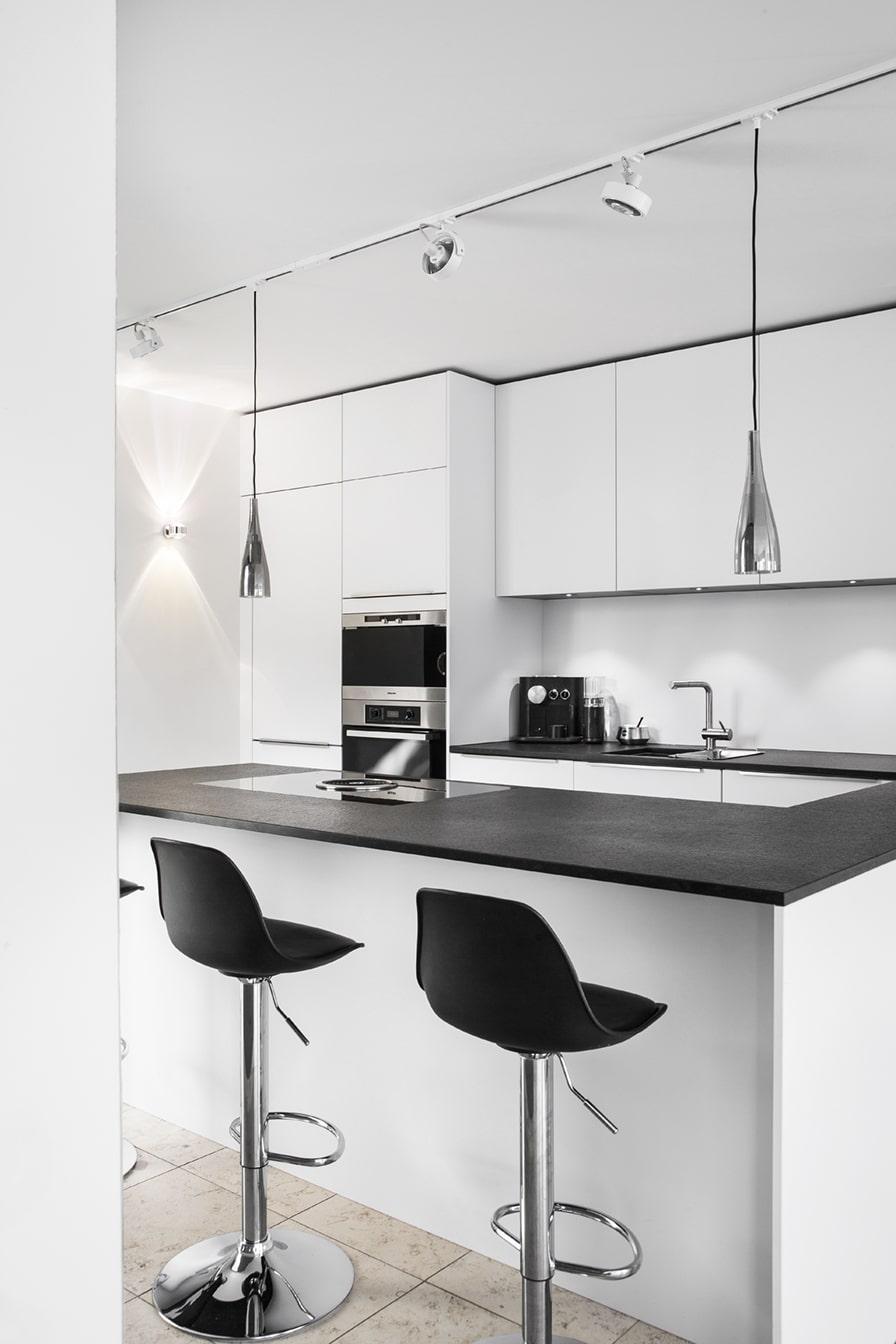 Wo vorher eine ältere Holzküche stand, sollte nun schwarz-weiße Ästhetik das Küchenbild prägen. Hierfür musste der Boden bewahrt bleiben, aber Stromleitungen behutsam neu verlegt werden. (Foto: Dross Ingolstadt)
