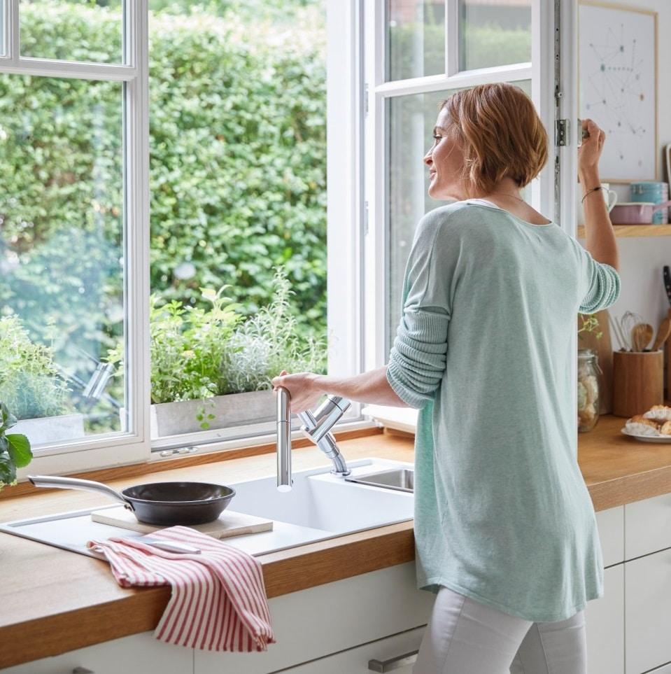 Wenn die Spüle in der Küche vor dem Fenster positioniert werden soll, bedarf es der sogenannten Vorfensterarmaturen. Diese lassen sich abnehmen, umklappen oder einfahren. (Foto: BLANCO)