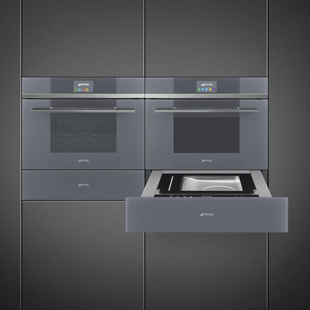 Neben zahlreichen Automatikprogrammen und Profifunktionen bietet SMEG in seiner Serie Linea auch funktionelle neue Küchengeräte wie die Vakuumier- oder Wärmeschublade an. (Foto: SMEG)