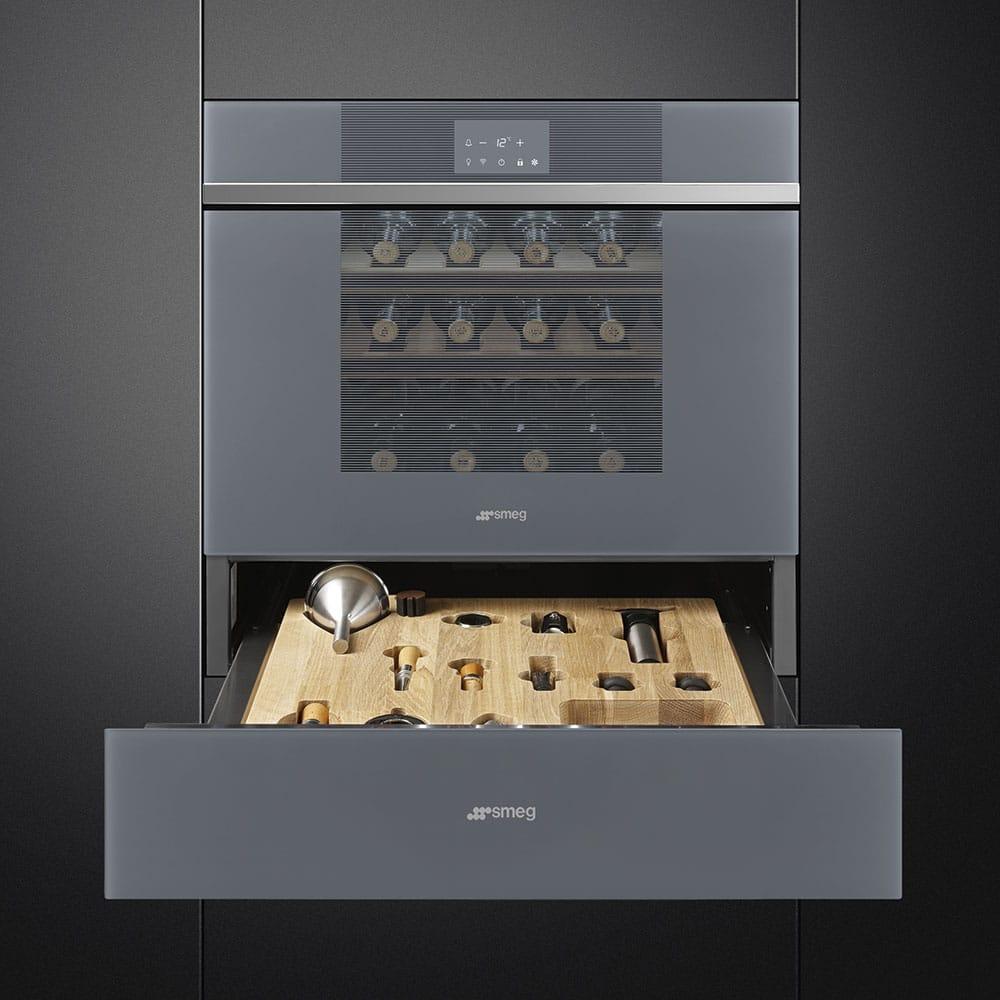 Zur re-designten Serie Linea gehört ein Weinkühler, der sich optisch den anderen Elektrogeräten anpasst - und im Inneren eine raffinierte Sommelierschublade offenbart. (Foto: SMEG)
