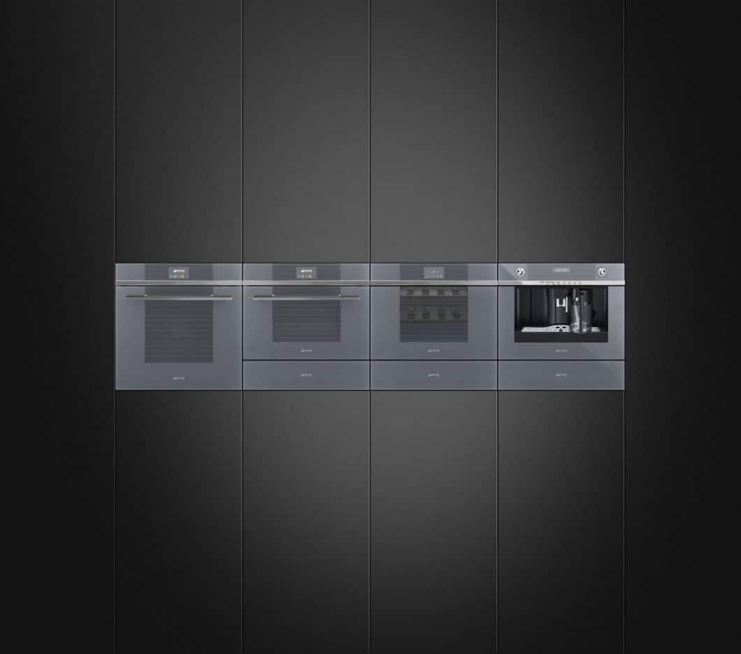 Glasklar, puristisch und stringent fügt sich die Gerätekollektion Linea in moderne Küchen ein. SMEG beweist damit, dass die Kult-Retro-Marke auch anders kann. (Foto: SMEG)