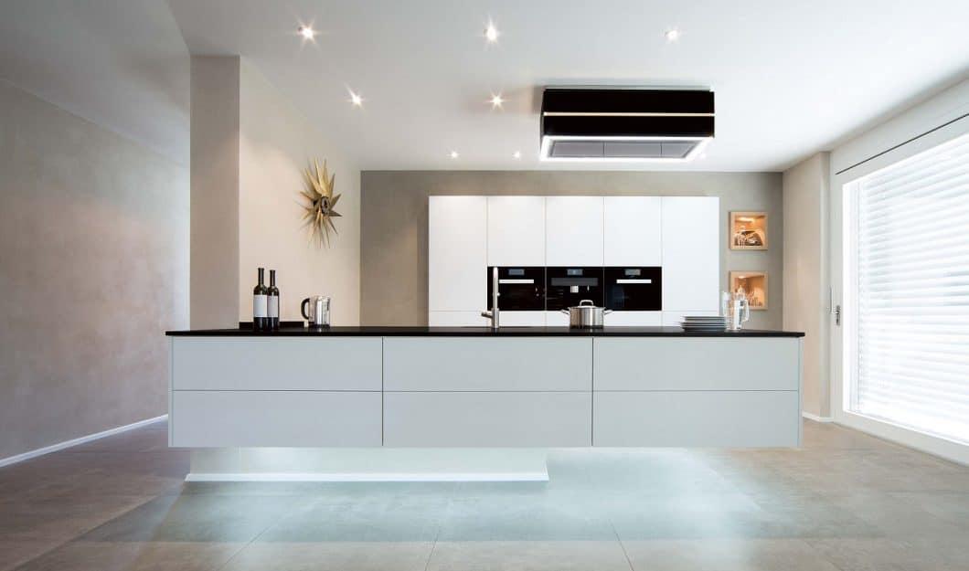 Ein schwerer Koloss, der förmlich zu schweben scheint: mit der Unterbodenkonstruktion der Skywalk Kitchen können Kücheninseln in der Höhe statisch fest verankert werden. (Foto: Olaf Jäger)