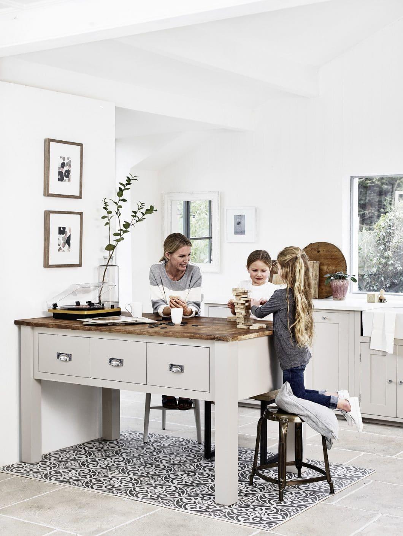 Ein Platz, an dem die Familie zusammenkommen kann: ob als Ess- und Spieletisch oder als Anrichte. Die Neptune Kücheninseln unterscheiden sich merklich von herkömmlichen Herstellern. (Foto: Neptune)