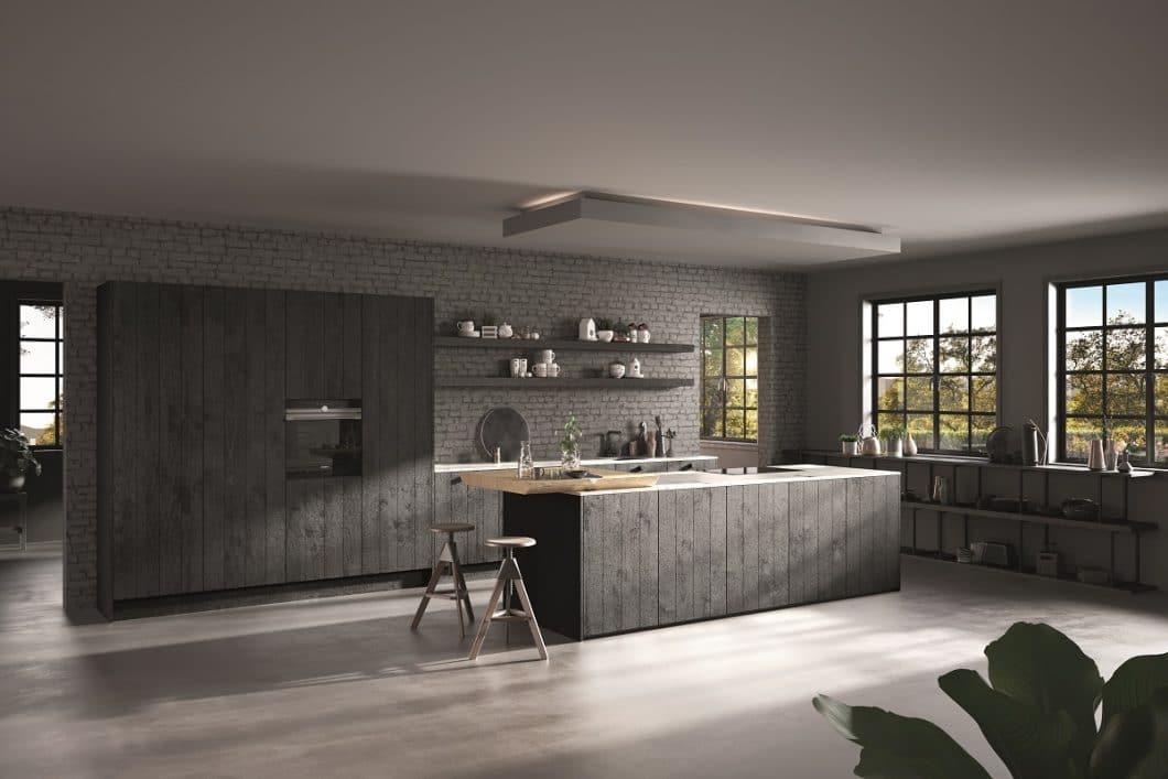 Mit diesem Kücheraum erfüllt Rotpunkt gleich drei Trends für 2019: Holz und Schwarz sind zu einem hochwertigen Küchenkorpus vereint, welcher wiederum mit dem offenen Stahlregal Anklang an den Industrial Style nimmt. (Foto: Rotpunkt Küchen)