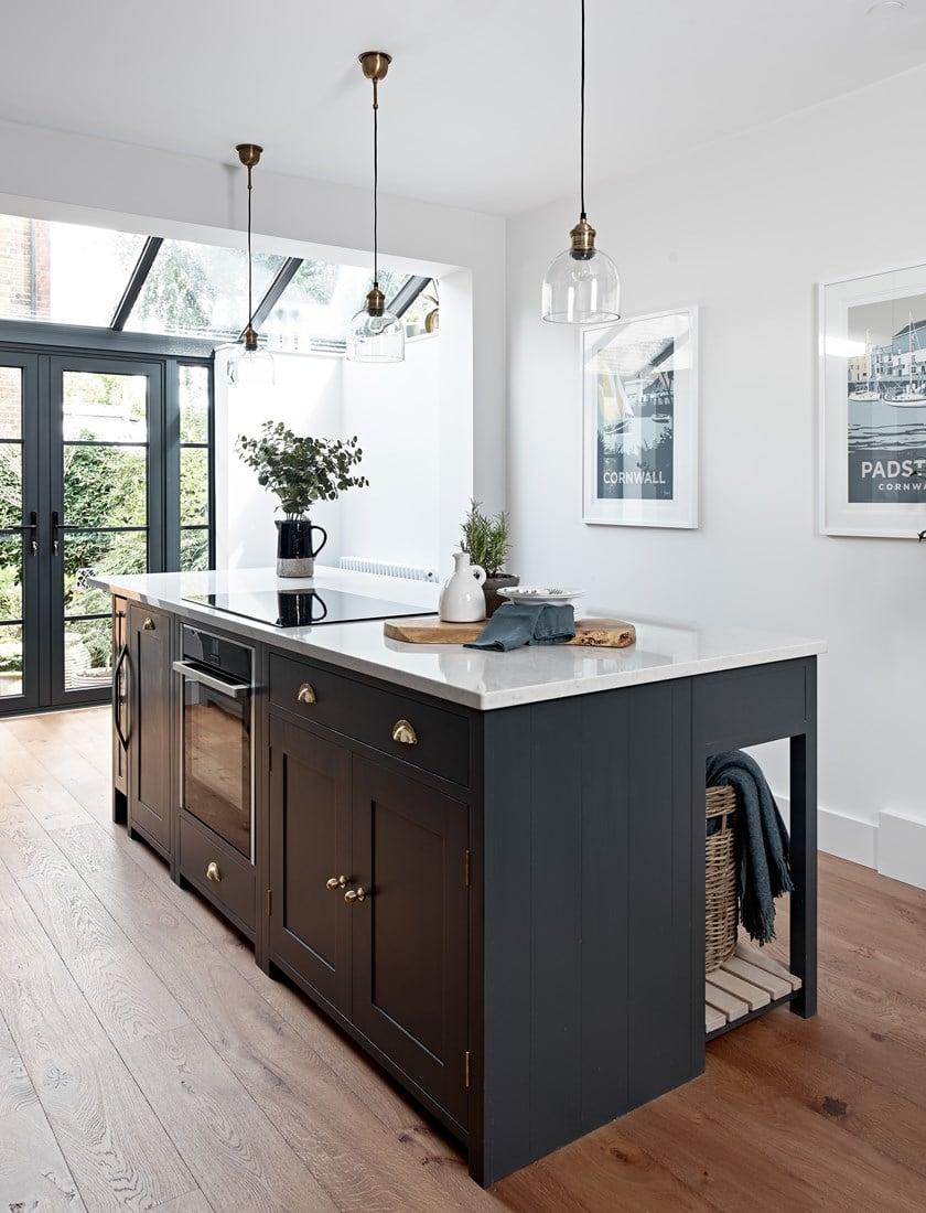 In den persönlich abgestimmten Kücheninseln haben dann auch schwere Geräte wie Backofen oder Geschirrspüler Platz. Zudem kann der Stauraum von beiden Seiten clever genutzt werden. (Foto: Neptune)