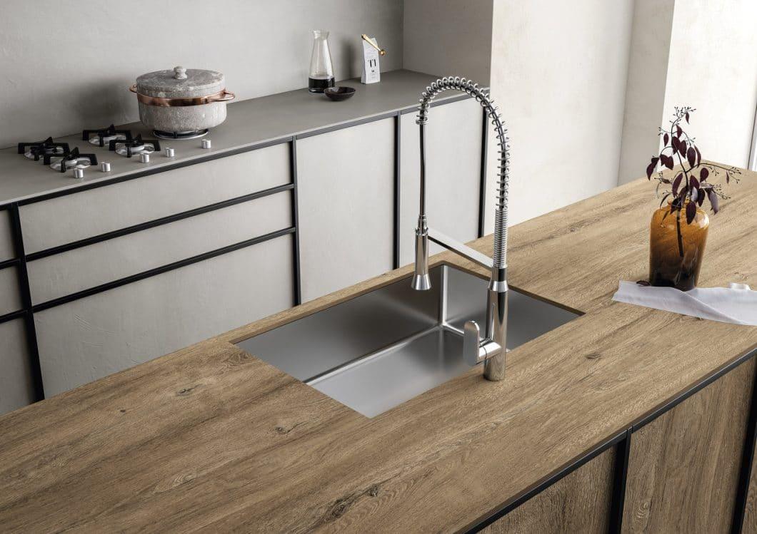 Holz in der Küche zählt zu den großen Trends 2019. Dennoch: als Arbeitsplatte ist das Material de facto ungeeignet. SapienStone greift es daher als täuschend echte Optik auf seinen Keramik-Arbeitsplatten auf. (Foto: SapienStone)