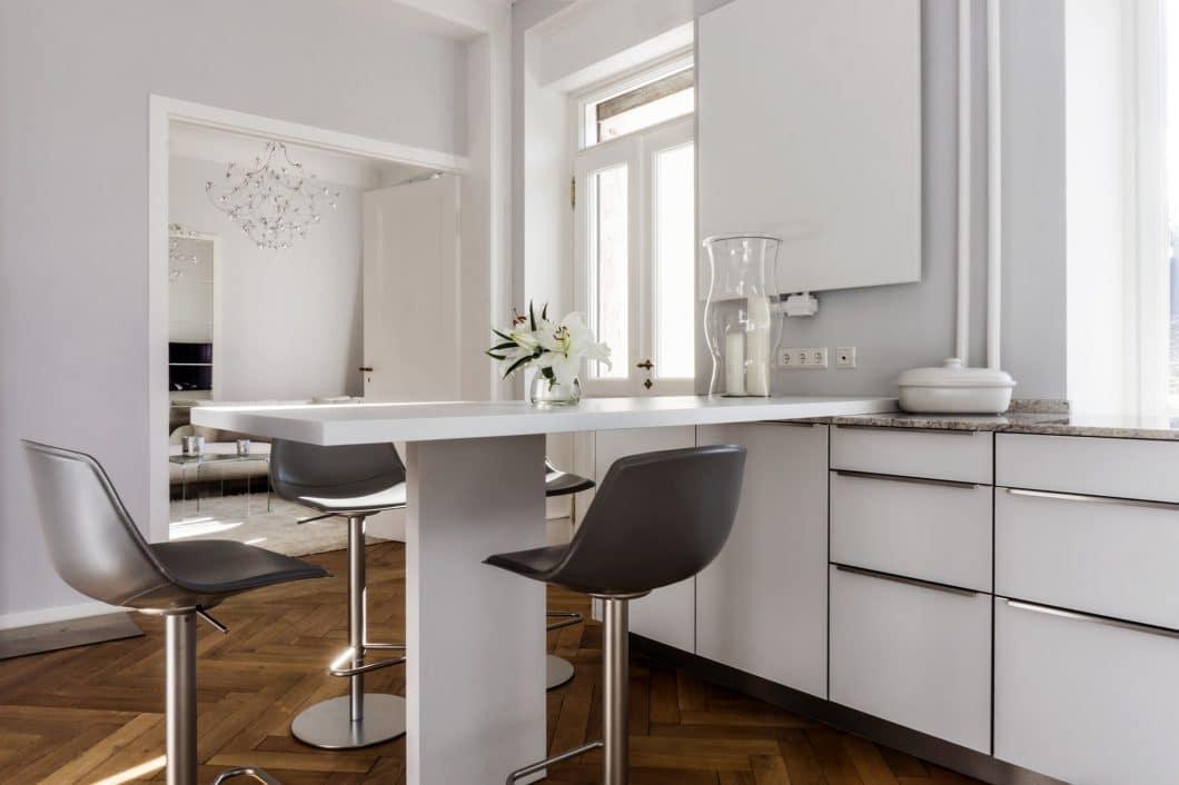 Eine dreiköpfige Familie wohnt in der luftig gestalteten Freiburger Gründerzeitvilla, an deren Küchenraum sich ein Wohn- und Essbereich anschließt. Die Anforderung bestand darin, den Raum optisch modern und klar zu strukturieren und diesen in die historische Bausubstanz zu integrieren. (Foto: Andreas Schaps)