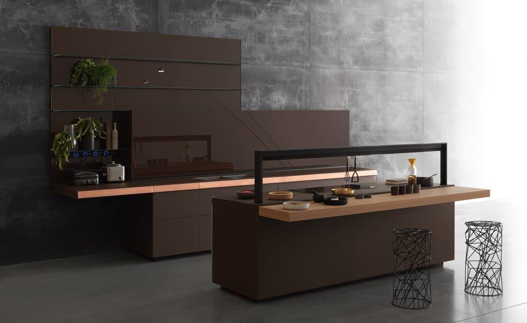 Die kupferfarbene Blende dieser Valcucine Genius Loci ist auffälliges Gestaltungsmerkmal, geschmackvoller Kontrast zur Küchenumgebung und geheimes Schubladensystem zugleich. Es setzt einen sehr individuellen Akzent in der Küche. (Foto: Valcucine)