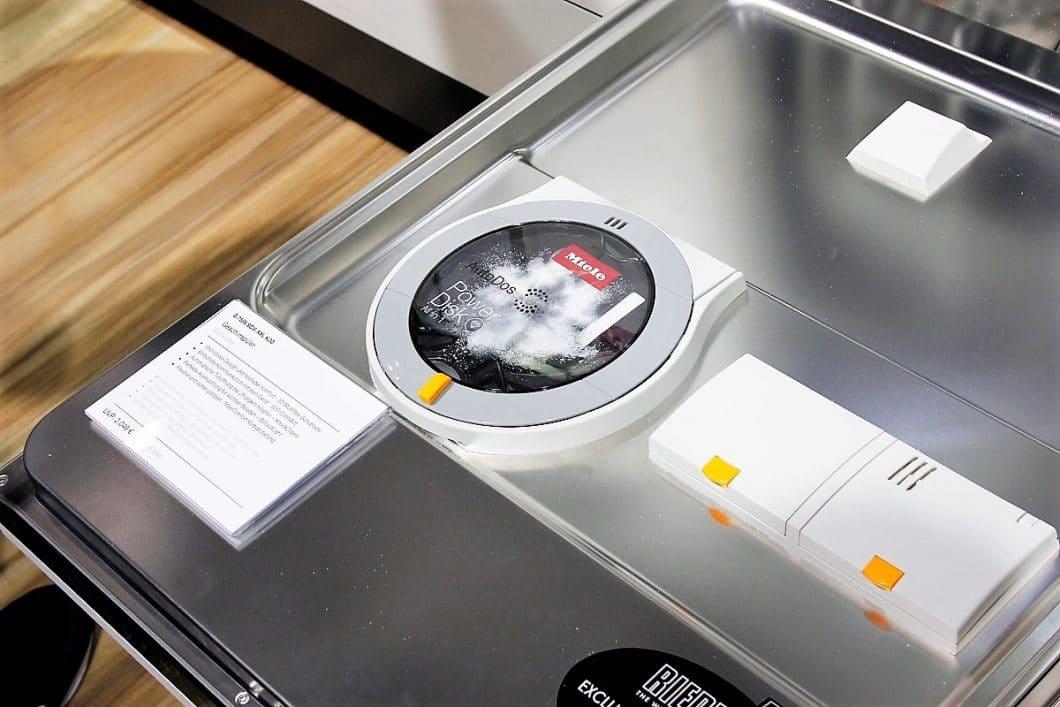Der Miele G 7000 kommt mit einer Weltneuheit daher: die Miele PowerDisk kann Pulvergranulat für bis zu 20 Spülvorgänge aufnehmen. (Foto: Miele)