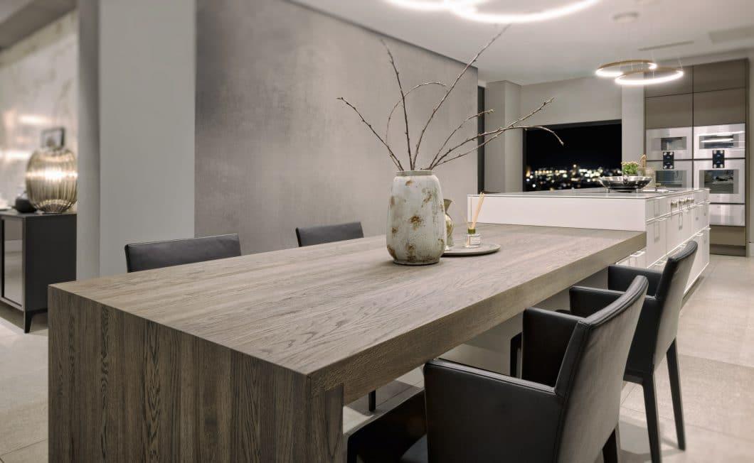 Arbeitsplatten, Esstische, Barhocker, Oberflächen: SPEKVA bietet ein großes Spektrum an Holzprodukten an, die aus zahlreichen hochwertigen Hölzern gefertigt und mit luxuriösen Finishes vollendet werden können. (Foto: SPEKVA)