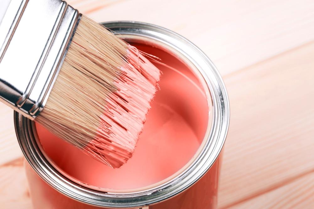 <em>Es empfiehlt sich beim Einsatz von Living Coral als Wandfarbe lediglich eine Wand des Zimmers in diesem kräftigen Farbton zu streichen, um einen schönen Akzent zu setzen und zu verhindern, dass man sich zu schnell an ihr satt sieht.(Quelle:Efetova Anna/Shutterstock)</em>