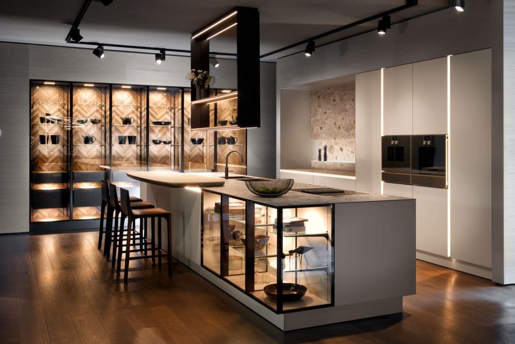 Nach SieMatics Auftritt auf der EuroCucina 2018 mit Glasvitrinen-Hochschränken und Glasvitrinen als Teil der Kücheninsel ziehen nun andere Hersteller nach. (Foto: SieMatic)