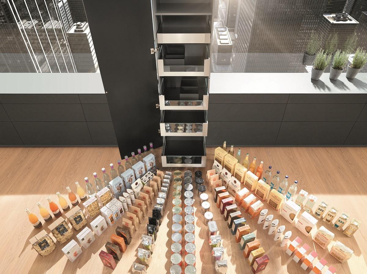 Einzeln herausziehbare Innenauszüge sorgen für einen besonders komfortablen Zugriff auf die Vorräte.