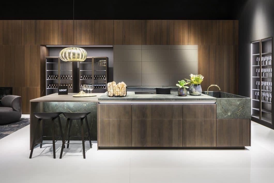 """Im neuen Programm """"Barrique"""" bietet LEICHT unter anderem die Glasvitrinen VERO an, die im Zusammenspiel mit dem angrenzenden Sitzbereich Wohnzimmeroptik schaffen sollen. (Foto: LEICHT Küchen)"""