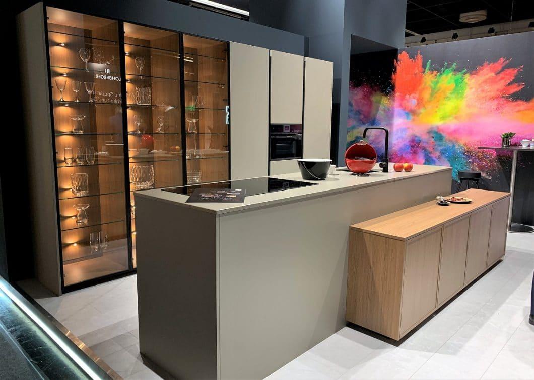 Verblüffend ähnlich fällt das Modell von Rotpunkt Küchen aus: die Manufaktur aus Bünde hat ebenso ein elegant hinterleuchtetes Vitrinenregal im Sortiment. (Foto: Susanne Scheffer)