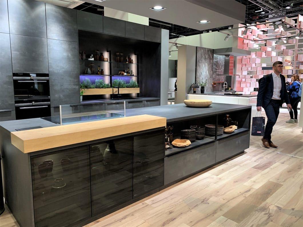 Auch Nobilia bietet ein Modell mit einem Vitrinenmodul an, das in die Kücheninsel integriert ist. (Foto: Susanne Scheffer)