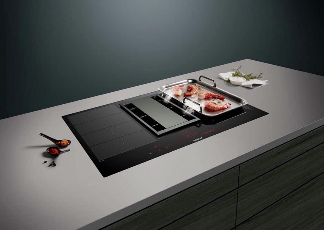 Eine beliebte Variante der Siemens Kochfelder iQ500 und iQ700 ist die Kombination aus Induktionsfeld und Kochfeldabzug - wie hier beim Siemens inductionAir System. (Foto: Siemens Hausgeräte)