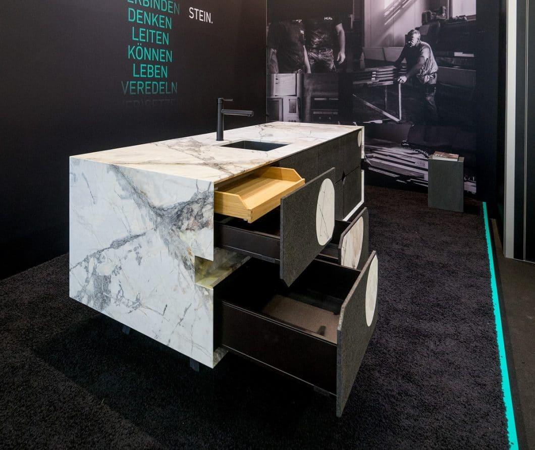 """Das 2. ausgestellte Modell auf der LivingKitchen zeigt den """"Aristokrat"""", der aus Marmor mit spezieller Schutzimprägnierung fein herausgearbeitet wurde. (Foto: Marmor-Center Römhild)"""