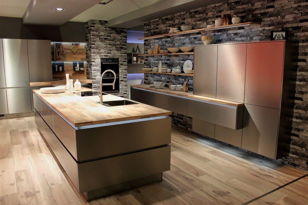 Auch der europaweit größte Produzent von Küchen, nobilia, setzt auf Edelstahlfronten und -küchenzeilen. Der professionelle Metallic Look ist auch im Privathaushalt angekommen. (Foto: Susanne Scheffer)