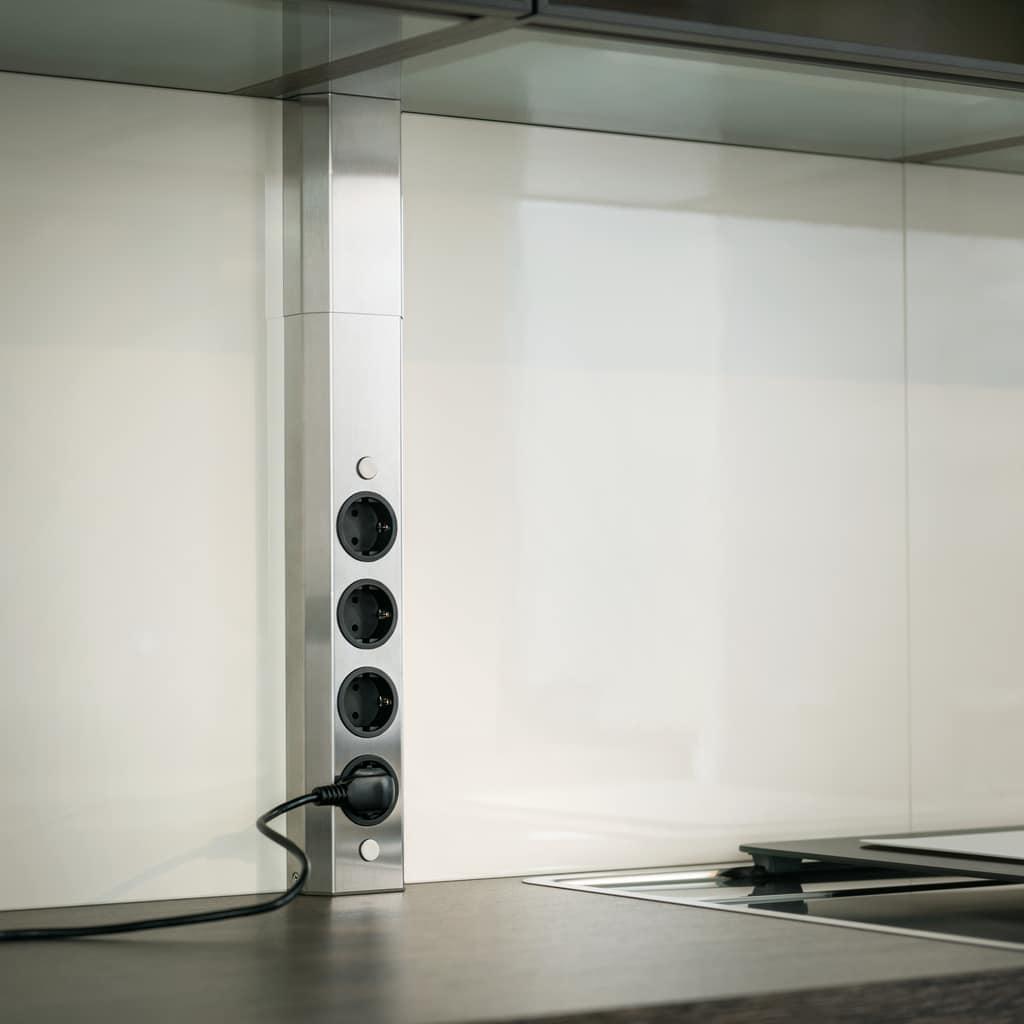 Ein ungeliebtes, aber notwendiges Thema: wo und wie werden Steckdosen in der Küche verbaut? Zulieferer für Küchenzubehör wie naber produzieren ästhetische Lösungen für moderne Küchenräume. (Foto: naber)