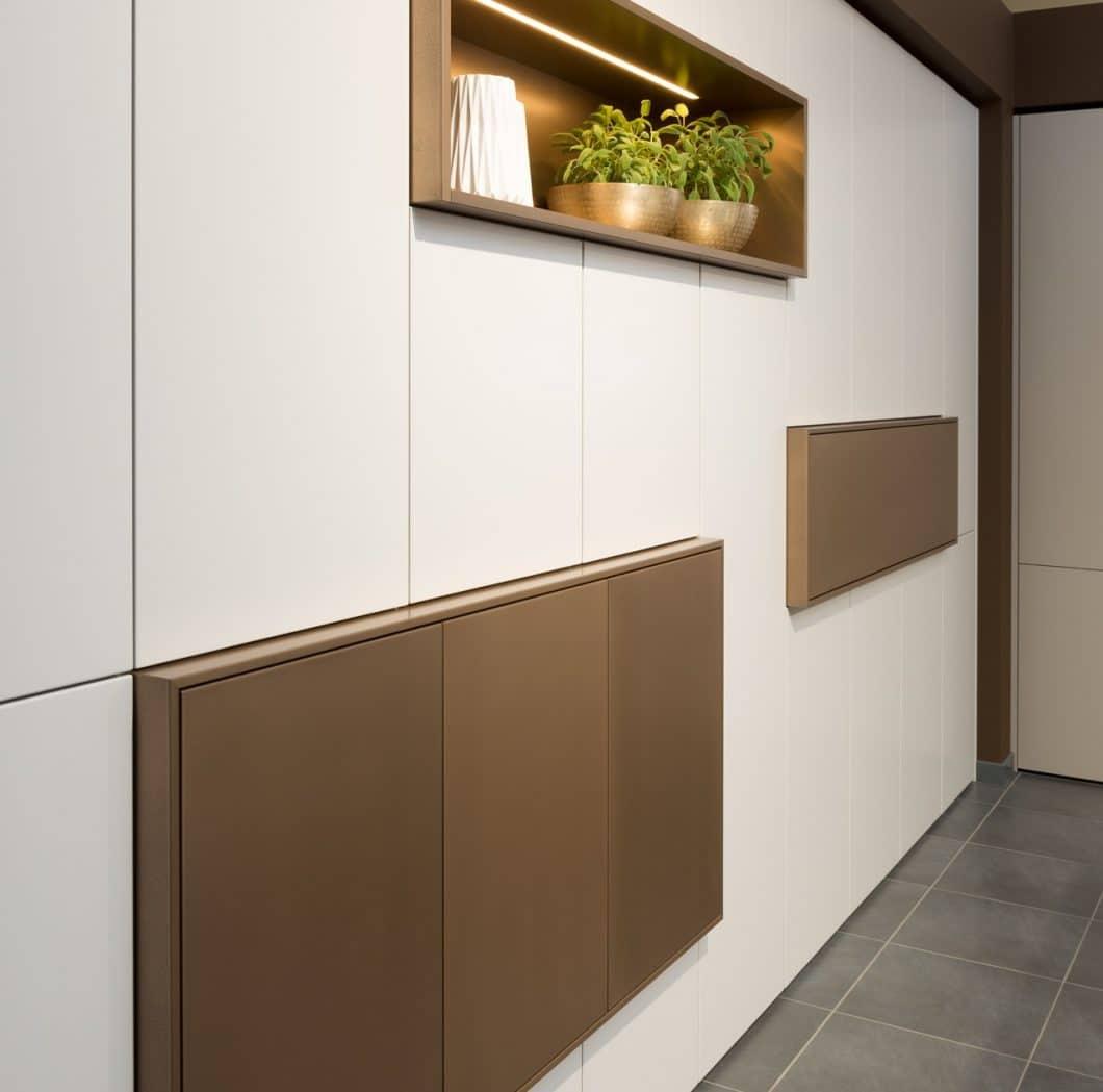 Bronzefarbene Stauraumlösungen bei Rempp Küchen fügen sich elegant in helle wie dunkle Küchenräume ein. (Foto: Rempp)