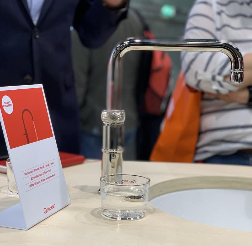 """""""Der Wasserhahn, der alels kann"""": der Quooker CUBE soll künftig seinen Kunden das Wasserkistenschleppenersparen und Filter sowie Wasserkocher ersetzen. (Foto: Susanne Scheffer)"""