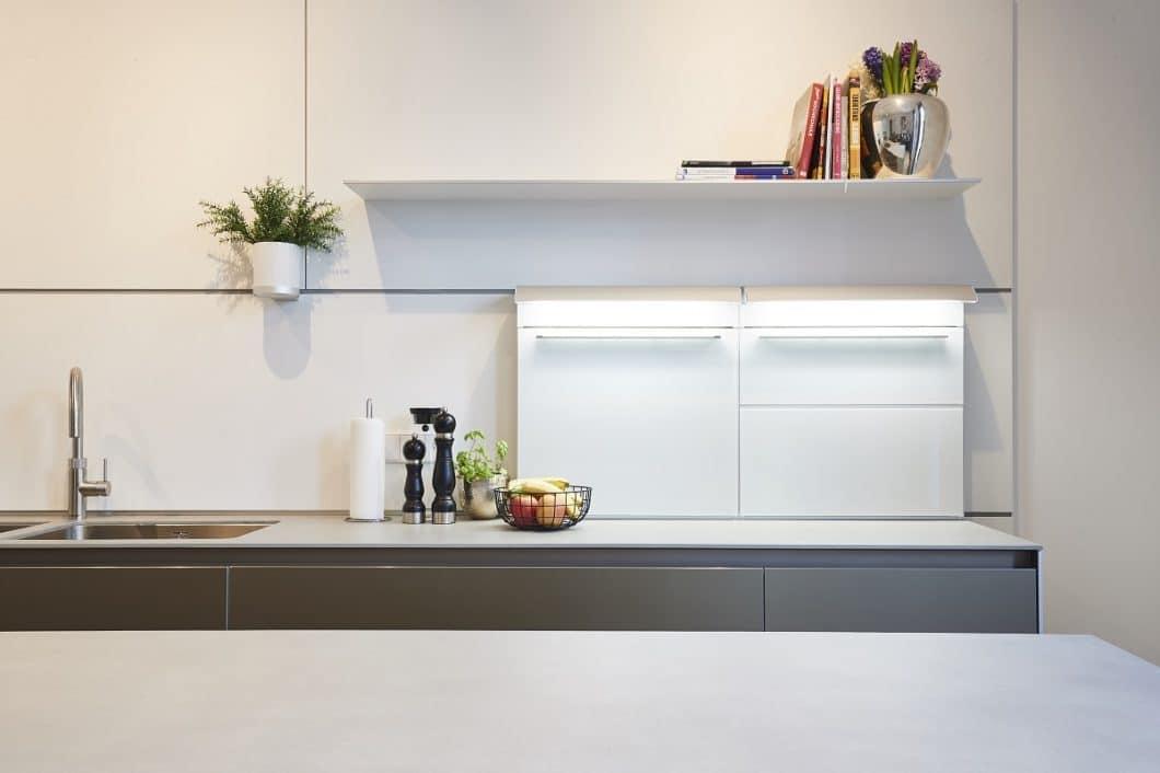 Die bulthaup-Multifunktionsboxen der Küchenrückwand bieten smarten Stauraum und lassen die Küche zugleich aufgeräumt wirken. (Foto: Küchen-Atelier Hamburg/ Volker Renner)