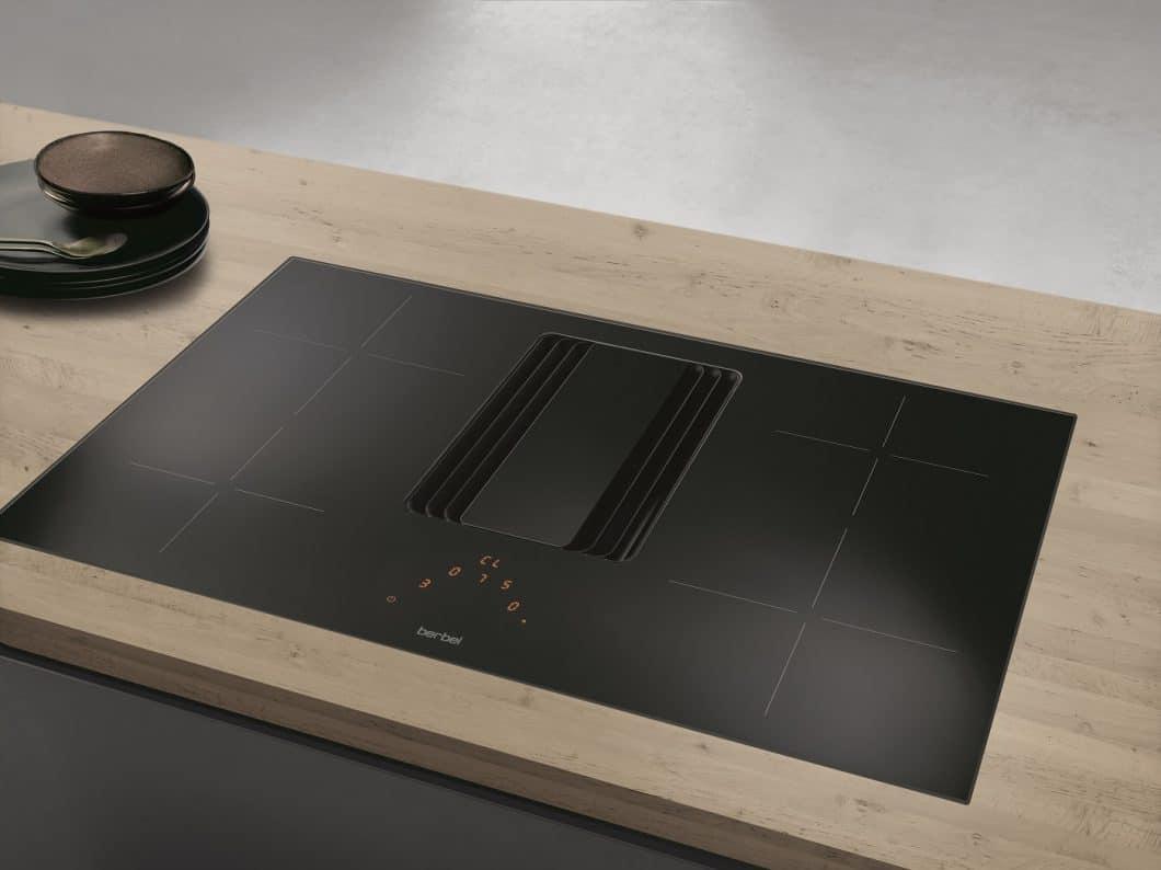 Die neue berbel Downline Compact soll als reduzierte Version des Premiummodells den Einstieg ins Thema Kochfeldabzug erleichtern. (Foto: berbel Ablufttechnik)