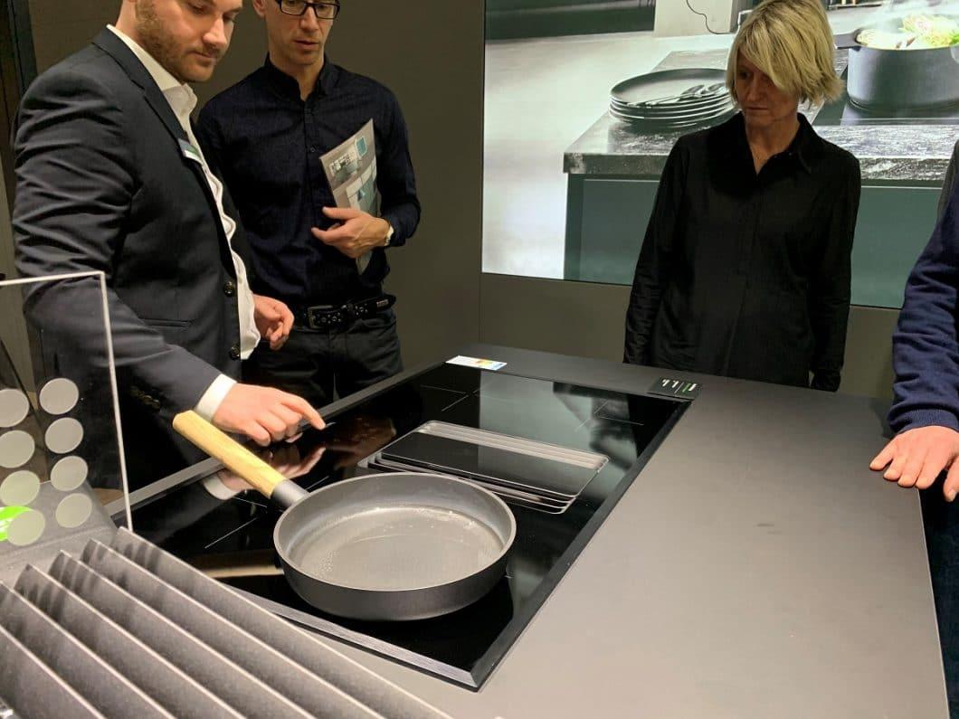 Auf der LivingKitchen 2019 stellte berbel die berbel Downline Compact erstmals einem internationalen Publikum vor. Ziel ist es, einen kostengünstigeren Einstieg ins Kochfeldabzugsegment zu ermöglichen. (Foto: KüchenDesignMagazin)