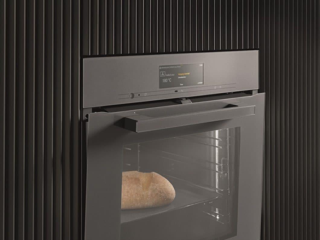 """Die """"TasteControl"""" der Miele Generation 7000 ist eine Art Überhitzungsschutz, die die Backofentür nach Ende des Garvorgangs automatisch öffnet. (Foto: Miele)"""