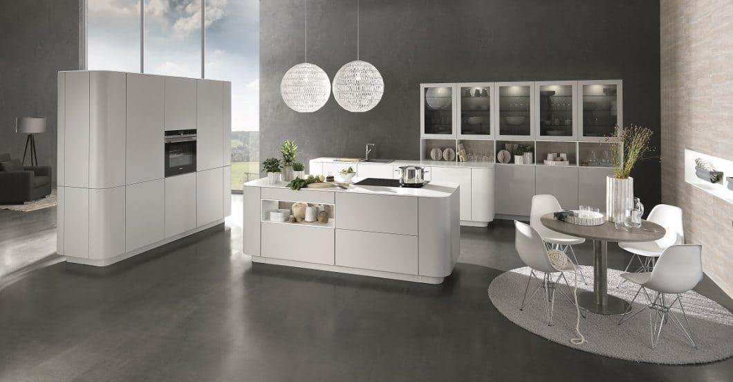 Sanfte Kurven, puristische weiße Ausstrahlung, stille Eleganz: die Cambia passt sich als Lifestyle-Küche vielen urbanen Räumen an. (Foto: rational)