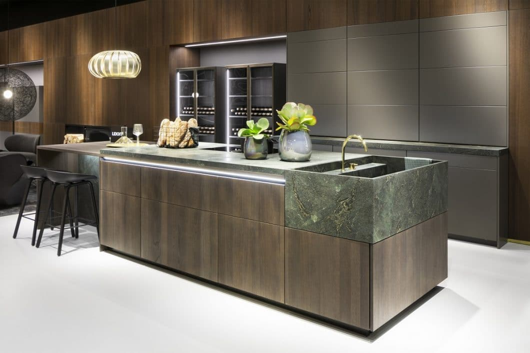 Offene, geschlossene oder elegant ausgestellte Küchenregale in Form von beleuchteten Glasvitrinen? Die Gestaltung der Stauraumelemente bestimmt heute maßgeblich den Stil des Küchenraums mit. LEICHT bietet 3 unterschiedliche Konzepte an. (Foto: LEICHT)