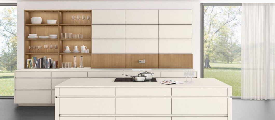 Der neueste innenarchitektonische Beitrag aus dem Hause LEICHT: das Konzept aus Schrankwand und Wandgestaltung namens Concept 40, das mit geschlossenen und offenen Stauraumflächen spielt. (Foto: LEICHT)