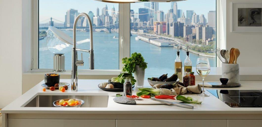 Genuss, Lebenselixier und erste Anlaufstelle: die Bedeutung der Spüle inklusive Küchenarmatur wurde lange Zeit unterschätzt - und wird nun in den Mittelpunkt der Küchenplanung gerückt. (Foto: Franke)