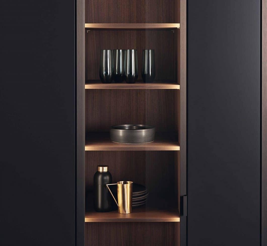Küchenregale dienen heutzutage nicht einfach nur als Stauraumspender. Sie werden elegant mit Licht und hochwertigen Materialien in Szene gesetzt, um aus einen Küchen- einen Wohnraum werden zu lassen. (Foto: LEICHT)
