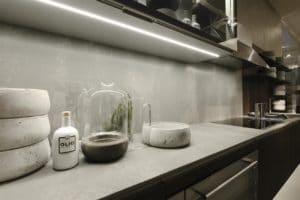 So schön und modern Beton auch ist, so ungeeignet ist er jedoch für die Verwendung im Küchenraum, wie beispielsweise als Material für Spülbecken oder Arbeitsplatten, denn seineOffenporigkeitmacht in porös und fleckenanfällig.