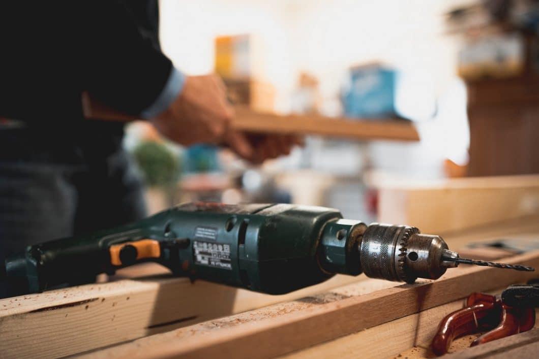 Viele Küchenstudios verfügen über hauseigene Monteure oder sehr gute Beziehungen zu Subunternehmen. Damit gewährleisten sie einen reibungslosen Ablauf des Küchenaufbaus. (Foto: Thijs van der Weide)