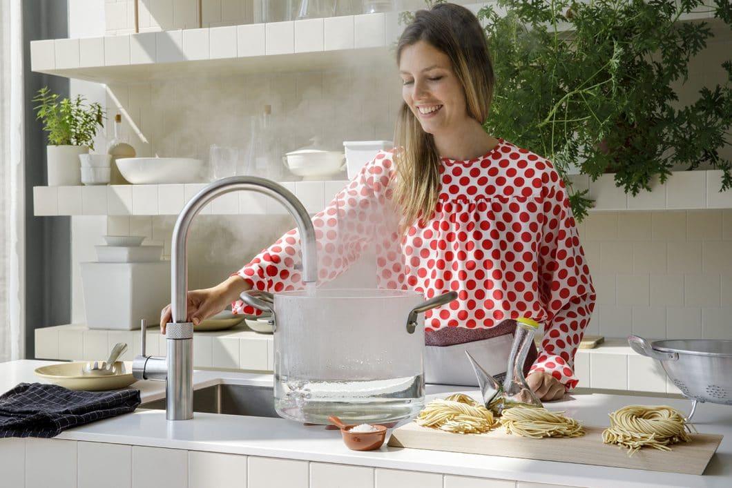 Der Wasserhahn, der alles kann: der neue Quooker CUBE, aber auch die weiteren Modelle Quooker und Quooker Fusion sind eine lohnenswerte Investition in Spezial-Küchenarmaturen, die den Alltag unterstützen. (Foto: Quooker)