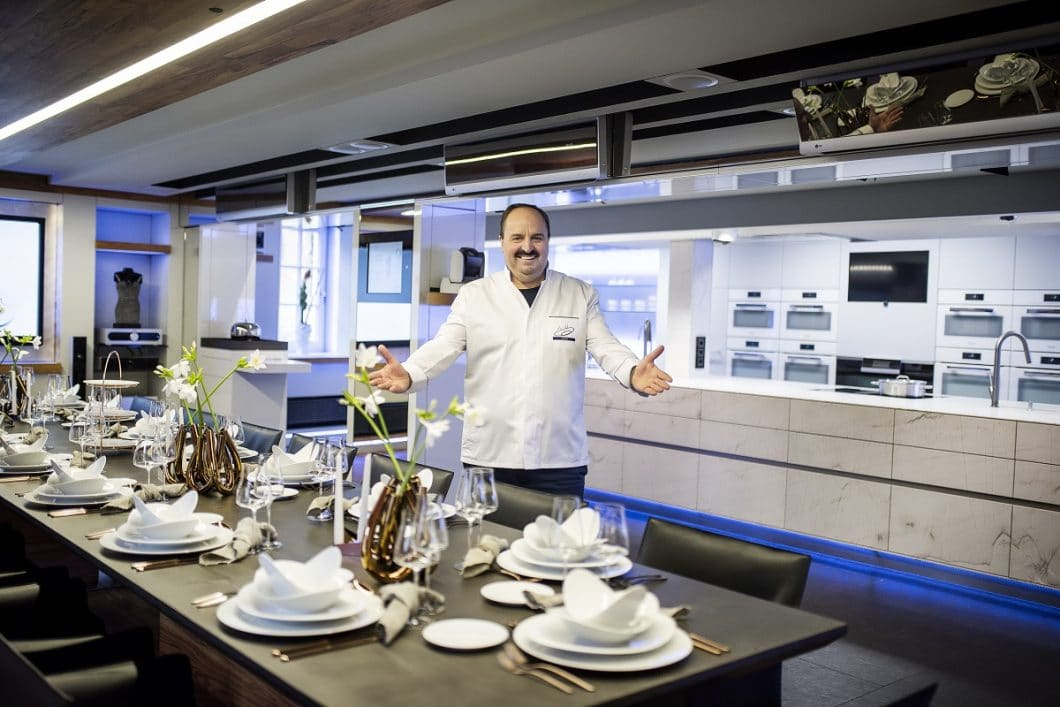 Mit einem der berühmtesten TV-Köche Deutschlands, Johann Lafer, hat der österreichische Natursteinproduzent STRASSER das perfekte Testimonial für seine ST-ONE Kollektion gefunden. (Foto: STRASSER Steine)