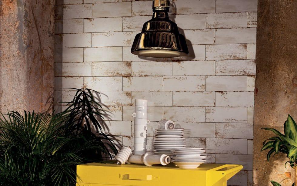 Scheinbar korrodierte Fliesen werden zu hochwertigem, neuem Interieur kombiniert: der urbane Industrial Look ist nicht nur in Cafés, sondern auch daheim angesagt. (Foto: Iris Ceramica Group)