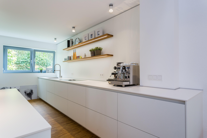 Studio Lang Küchen: Weiße Küche rational tio grifflos