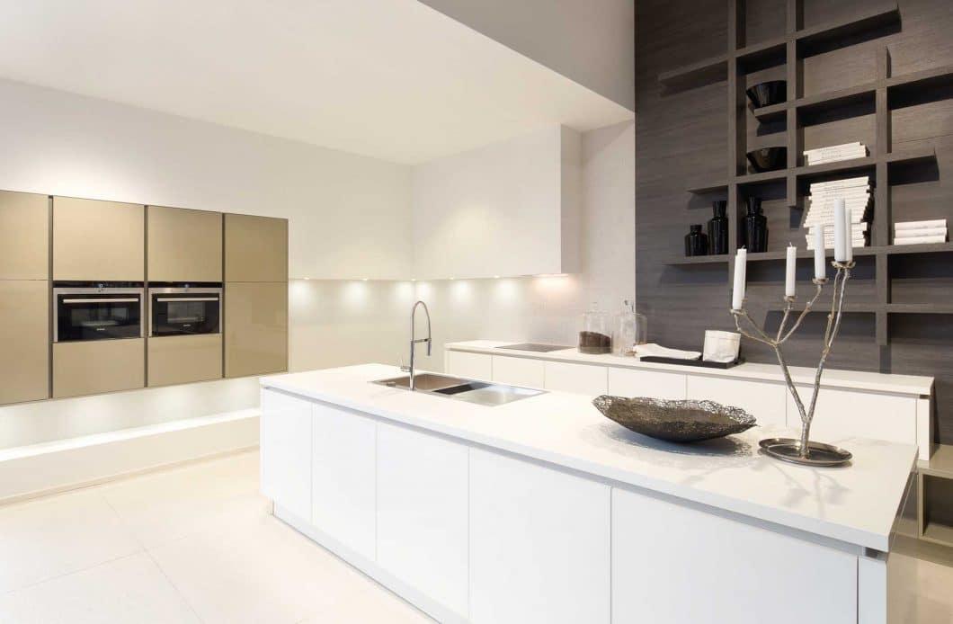 In einer Küchenplanung mit einem Küchenstudio erwartet Sie das Ungewöhnliche - eine Küche mit innenarchitektonischem Reiz und gekonnter Licht- und Stauraumplanung. (Foto: Küchenmagazin Düsseldorf)