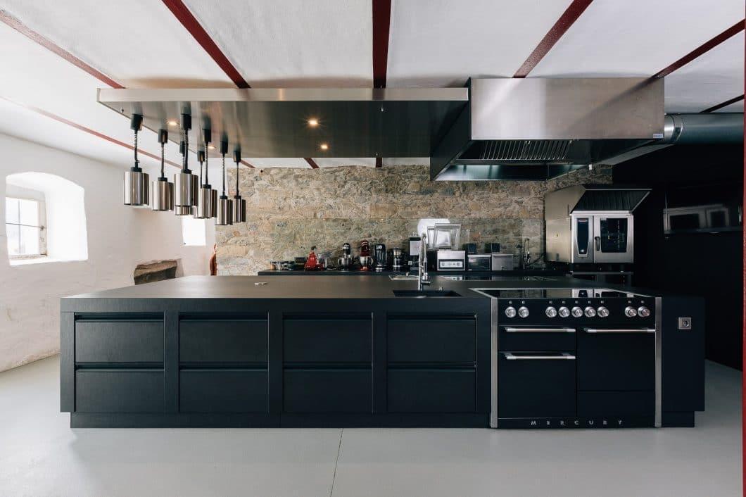 Die Gastroküche des exklusiven Wagyu-Restaurants STOI von Ludwig Maurer wurde unlängst mit einem exklusiven n'Stee in Dekton ausgestattet - der neuen Designküchenlinie des Marmor-Center Römhild. (Foto: MCR)